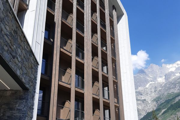 0002-serramenti-hotel-courmayeur-aosta-061DFC2F4A3-1013-A146-2CDB-55BAF40D8C5C.jpg