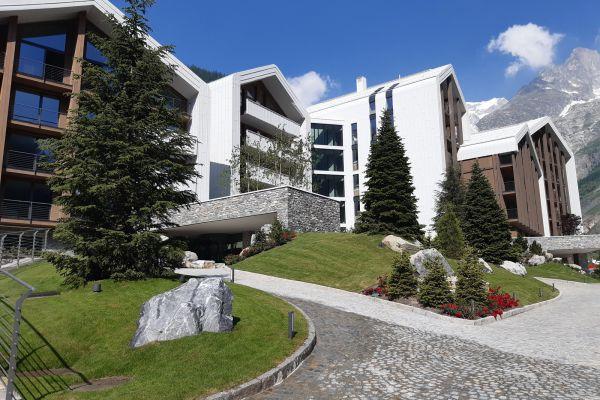 0002-serramenti-hotel-courmayeur-aosta-0717AFFAEC2-E561-89C0-6B6A-54FA55A1BF09.jpg